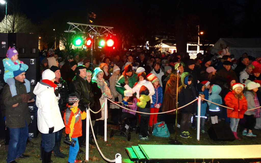 Christmas Tree Lighting In Red Bank Nj : Rumson warming up a chilly night red bank green