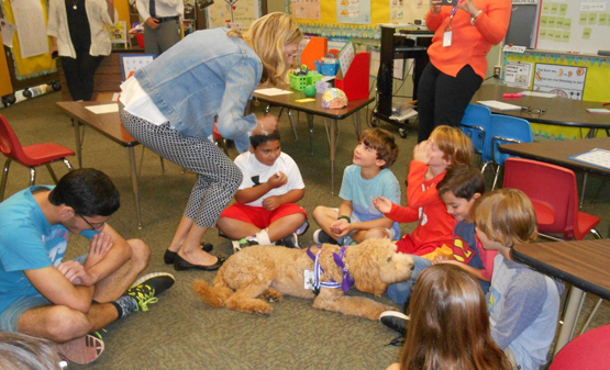 violet_-_therapy_dog_with_kids_at_deane-porter